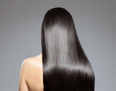 kobieta z czarnymi prostymi włosami