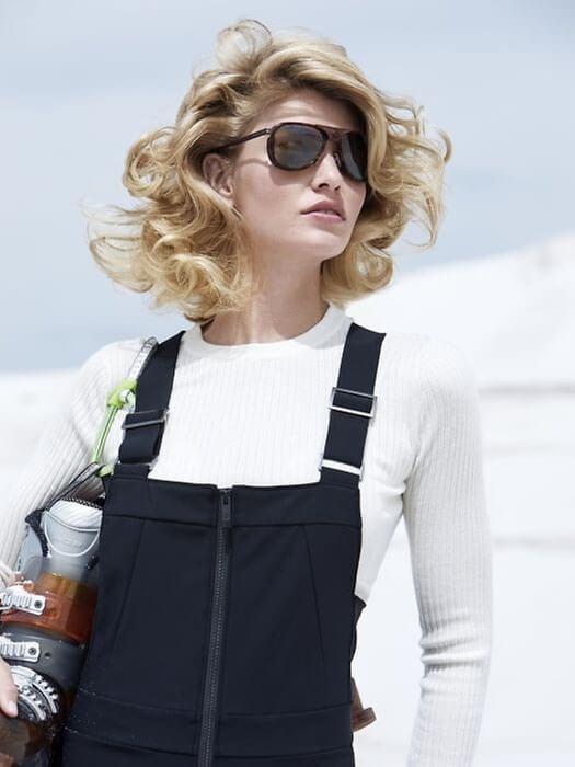 kobieta w blond fryzurze
