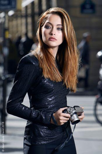 kobieta z długimi brązowymi włosami