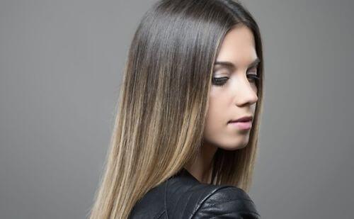 kobieta z fryzurą ombre