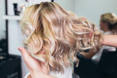 fryzjer układa włosy
