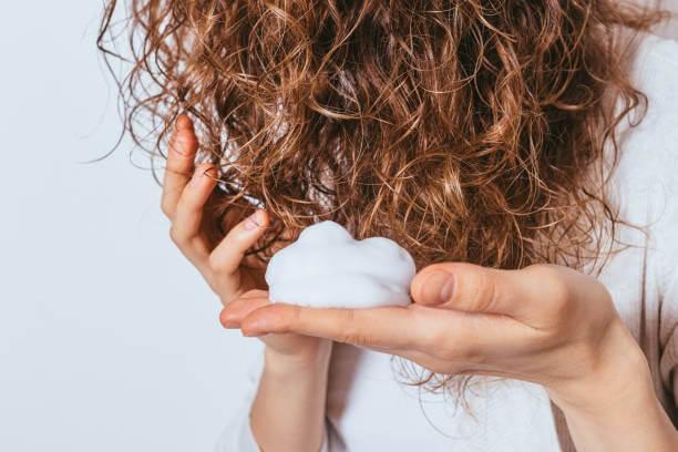 Pianka nakładana na kręcone włosy