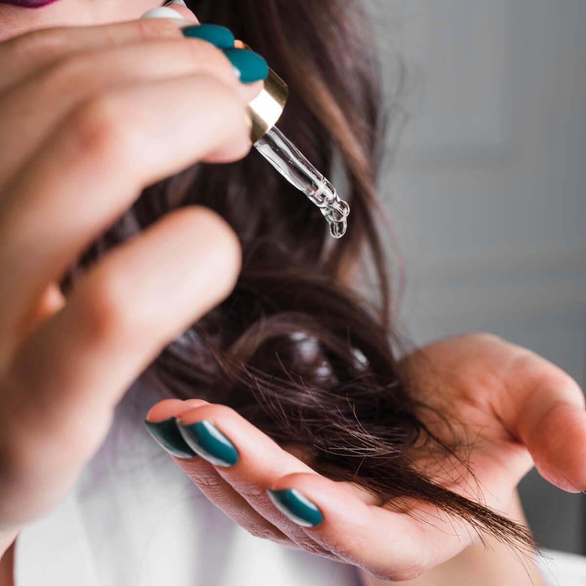 Nakładanie serum na włosy